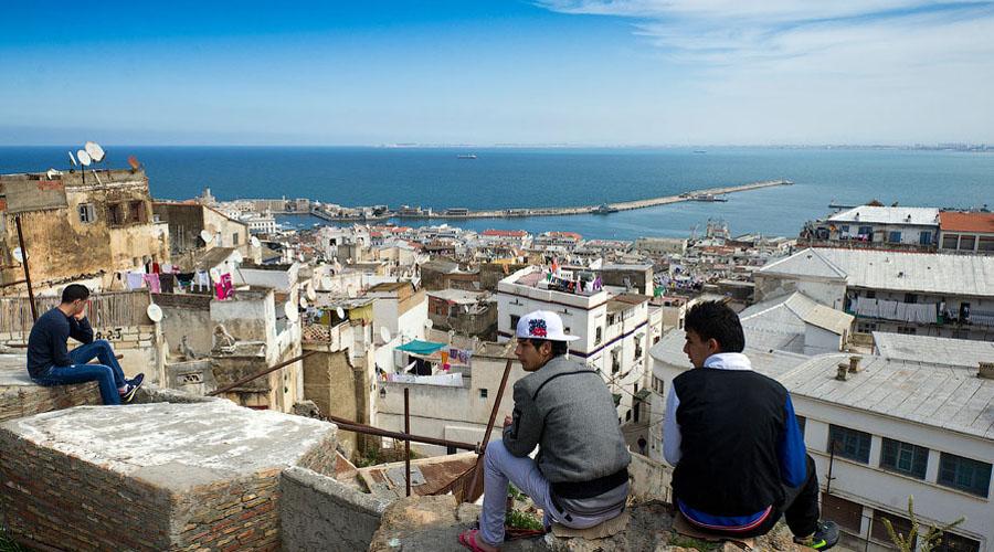 Алжир Еще несколько лет назад турпоездки в Алжир считались весьма перспективным направлением: невысокая цена и экзотичность делали страну очень привлекательной для путешественников. Однако на сегодняшний день уровень безопасности здесь очень низок.