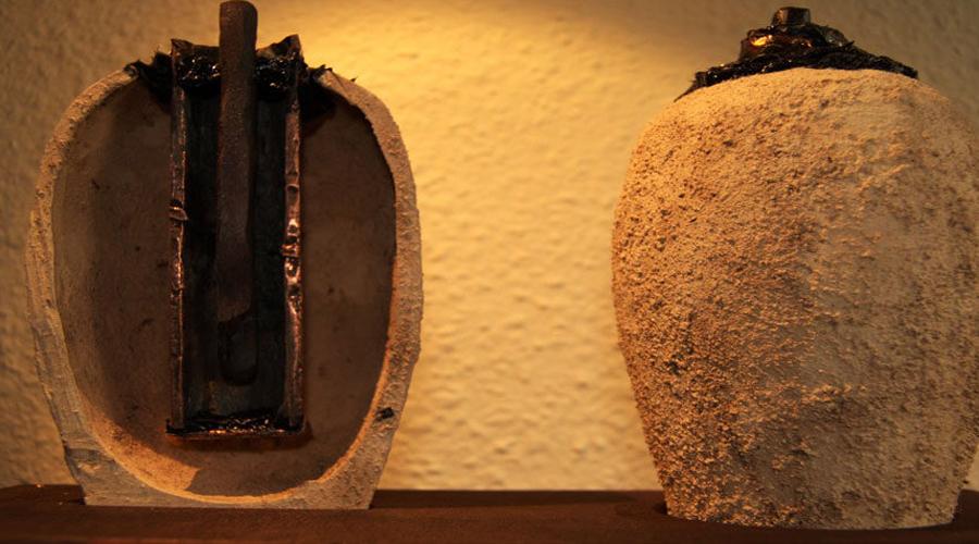 Багдадская Батарея При первом приближении группа археологов сочла артефакт очередным глиняным кувшином. Однако, тщательный анализ заставил ученых буквально схватиться за голову. Очередная партия глиняных горшков имела внутри медный стержень с признаками кислотной коррозии. Если вы хоть как-то учились в школе, то уже должны понять в чем дело: вероятно, что в горшках когда-то была жидкость, которая взаимодействовала с медью и продуцировала электрический заряд. По сути, ученые нашли аккумуляторную батарею возрастом в тысячу лет.