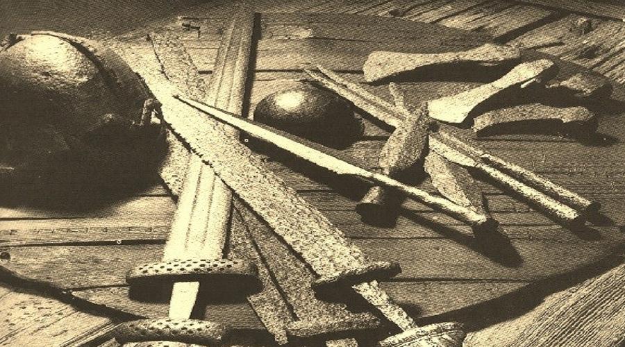 Рыцарские замашки В те времена новый класс нормандских воинов значительно отличался от старой аристократии франков. Норманны редко могли вспомнить своих предков больше, чем на поколение назад: эти рыцари были бедны и не обладали большими земельными угодьями. Зато им не было равных в схватке, что подтверждали крайне успешные набеги и завоевания Вильгельма Завоевателя.