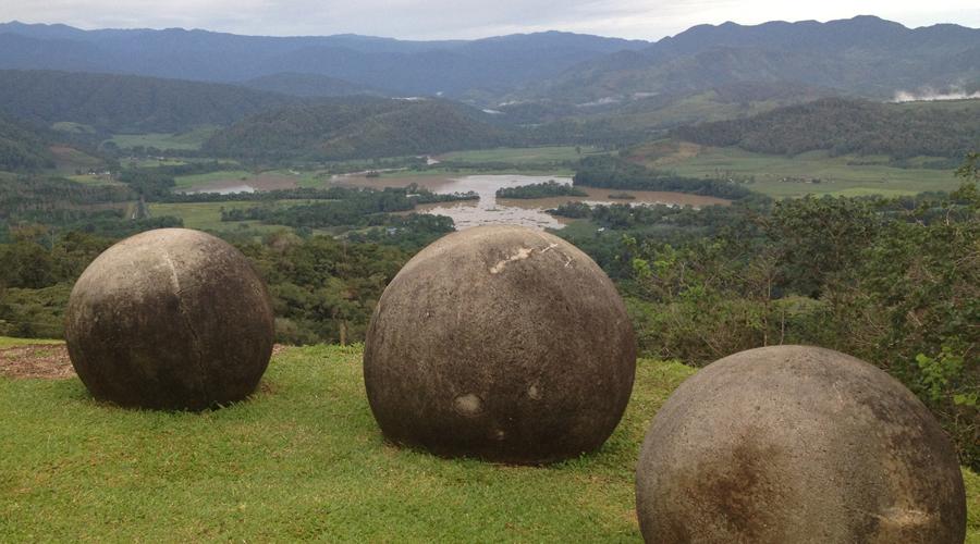 Гигантские каменные шары Коста-Рики По всей Коста-Рике разбросаны гигантские каменные шары. Идеальные отполированные сферы могут весить до восьми тонн, но ученые находили и совсем маленькие образцы. В принципе, создать такие штуки мог бы и древний человек. Вот только нигде поблизости нет и следа каменоломен — откуда они взяли материал?