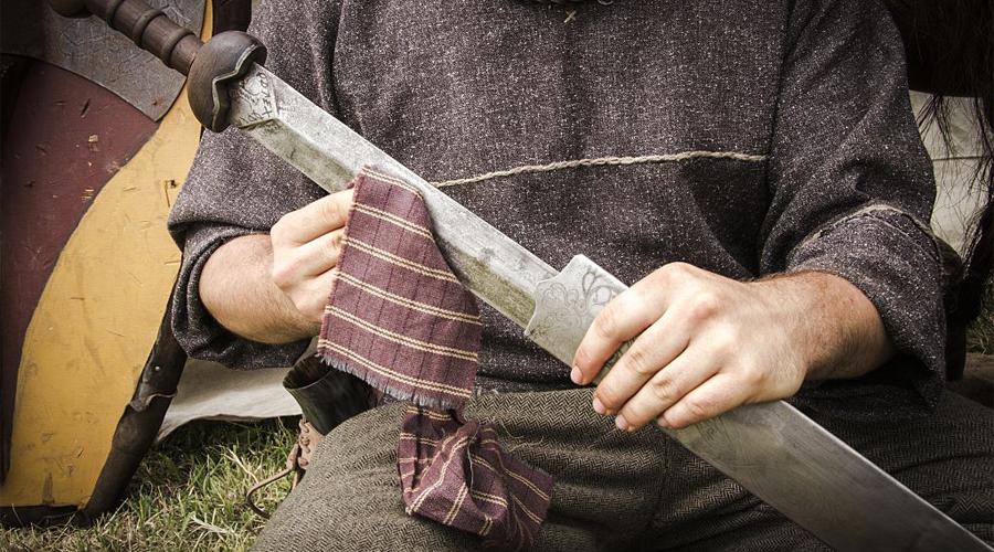 Длинный меч Обоюдоострый длинный меч был главным оружием галлов (собирательное название кельтских племен, населявших территорию современных Франции, Бельгии и Западной Германии). В отличие от более короткого римского гладиуса, длинные мечи галлов использовались для рубки. На полях сражений широкий размах таким делать не очень удобно, зато в индивидуальных стычках длинный и тяжелый клинок создавал ощутимое преимущество. Историки полагают, что именно превосходству меча над гладиусом отряд Бреннуса обязан успешному вторжению в Италию — тогда варвары наголову разбили подготовленные легионы и дошли до самого Рима.
