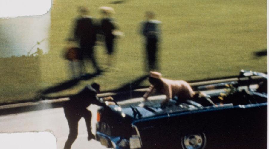 Убийство Кеннеди Древнее задание будет выполненоСвысоты, дьявол падёт, пусть онивеликий человек,Мёртвый невинный будет обвинён всвершении,Виновный останется втумане Снайпер стрелял с крыши здания, то есть с «высоты». Ли Харви Освальд стал «мертвым невинным» — во-первых, он был убит еще до суда, во-вторых, отрицал все обвинения и называл себя козлом отпущения. До сих пор более 73% американцев считает убийство Кеннеди результатом заговора.