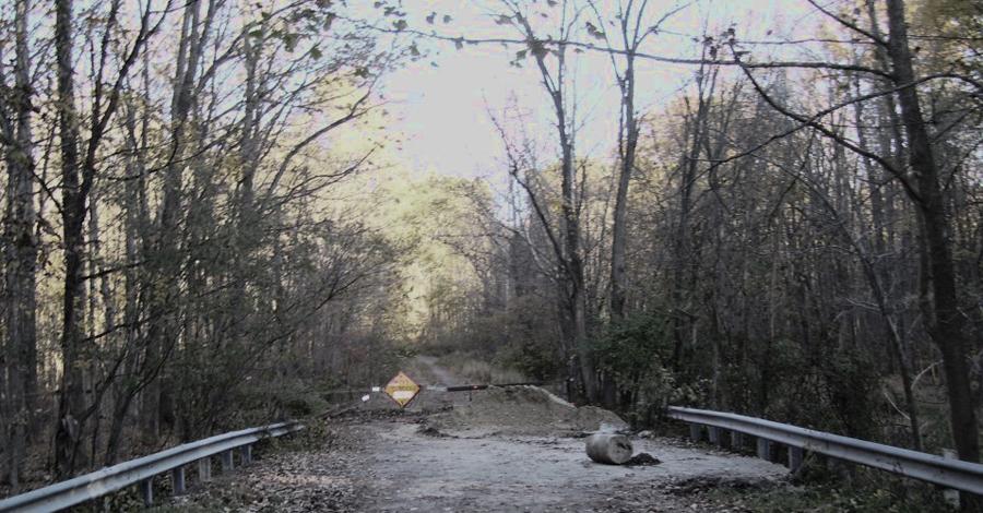 Хеллтаун США Еще один город-призрак расположен в в графстве Саммит, штат Огайо. Сейчас он является частью Национального парка Куахога Веллей, но, как сами понимаете, забредают сюда нечасто. В 2013 году на мосту у самых границ города просто растворились в воздухе двое детей — при том, что их родители стояли в метре от них.