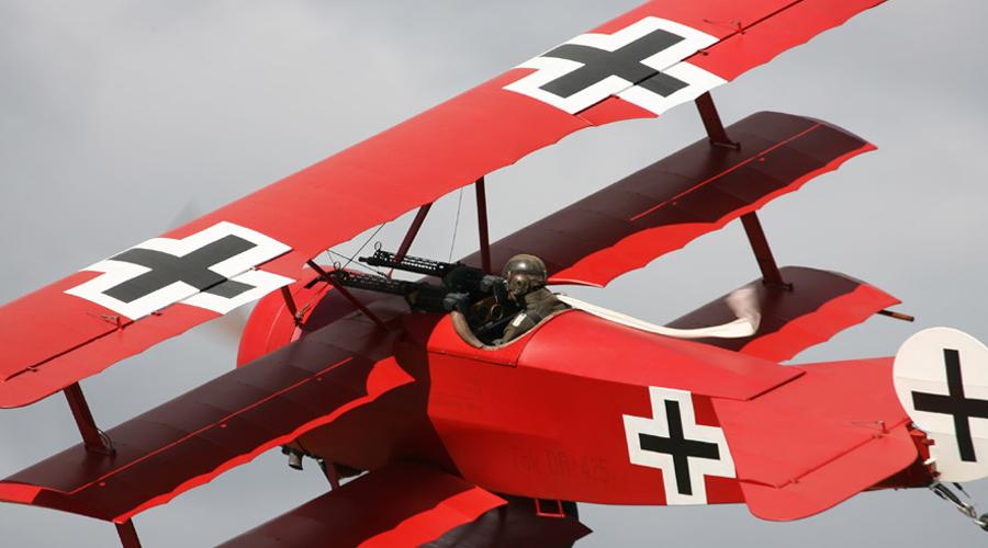 Рождение легенды Одиннадцатая победа далась Манфреду нелегко. Его противником оказался британский ас Лено Хоукер, прозванный «английский Бельке». После боя Рихтгофен решил сменить свой истребитель Albatros D.II на более маневренную модель. Перебирал придирчивый пилот очень долго и только в 1917 году остановился на триплане Fokker Dr.I. Выкрашенный в кроваво-красный цвет самолет стал символом барона.
