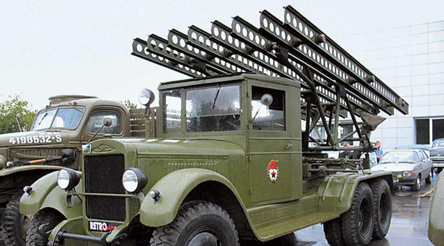 БМ-13 К зиме 1941 года инженеры Гвай, Галковский, Павленко и Попов создали уникальную пусковую установку для нового типа снарядов (РС-132) и смонтировали ее в кузове грузовика. Уже в марте того же года состоялись успешные полигонные испытания БМ-13 (боевая машина со снарядами калибра 132 мм). Смонтированная на ЗИС-6 установка была принята на вооружение 21 июня 1941 года: дату можно считать днем рождения легендарной «Катюши».