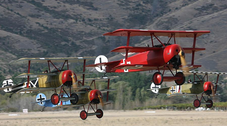 Воздушный цирк В феврале 1917 года Манфред получил свою эскадрилью. Он лично отбирал пилотов и сумел превратить Jаsta 11 в единый, смертельный для врага механизм. Все самолеты подразделения были раскрашены в разные цвета: так летчики могли без труда узнавать своих в небе. За эту особенность подразделение Манфреда получило прозвище «Воздушный цирк».