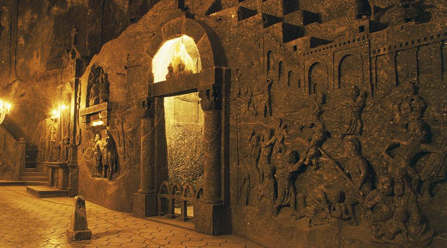 Соляная шахта Величка Целых семь веков, с XIII по XX люди разрабатывали это гигантское соляное месторождение, прокапываясь все глубже в недры земли. Очищенные уровни обживались и обустраивались, так что в итоге шахта превратилась в настоящий подземный дворец в целых 7 ярусов. Максимальная глубина достигает 200 метров, а тоннели Величке тянутся на целых 300 километров.