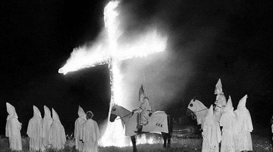 Ку-клукс-клан Считается, будто эти расисты давно сгинули. В реальности Клан просто ушел в глубокое подполье. Один из наиболее мрачных ритуалов братства состоит в жестоком убийстве чернокожего: жертву распинают на кресте, а затем сжигают заживо.