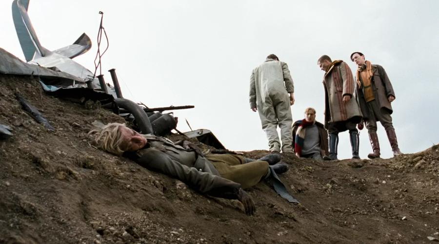 Конец Красного Барона Красному Барону было не суждено встретить гибель при воздушной дуэли. Его сбили из зенитного пулемета в районе Соммы, притом совершенно случайно. Историки полагают, что убийцей великого аса можно считать английского сержанта Седрика Попкинса, поскольку он был единственным оператором зенитного пулемета в районе и вел огонь по самолету барона.