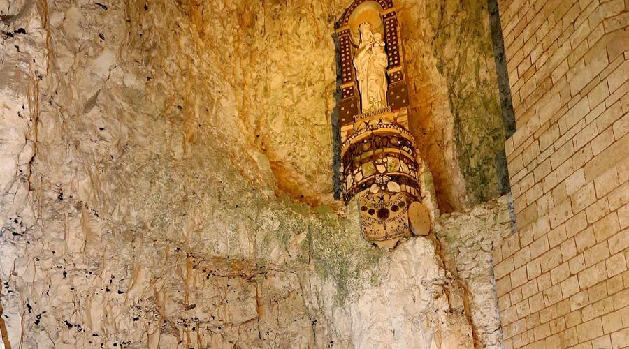 НаурНа севере Франции расположен еще один подземный город. Около пяти километров туннелей и примерно 400 отдельных жилищ спрятаны на 50 метров под лесистым плато. В третьем веке нашей эры римляне устроили тут карьер. Во времена Средневековья заброшенная каменоломня была расширена местным людом: при постоянных войнах и шатающихся по всей Европе наемниках такой тайник был просто необходим. Пещеры Наура вмещали до трех тысяч жителей, которые могли вести привычную жизнь — в городе были собственные часовни, конюшни, колодцы и пекарни.
