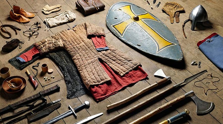 Снаряжение Одежда и вооружение нормандского конного воина в целом характерны для всей Западной Европы того времени. Голову защищает клёпаный четырёхсегментный каркасный шлем конической формы с наносником. Длинная кольчуга с капюшоном и лицевым кольчужным клапаном имеет разрезы на полах спереди и сзади для удобства верховой езды. Под кольчугой надет стёганый гамбезон с длинными рукавами. Большой миндалевидный щит удобно защищает корпус и ноги воина, когда тот сидит на лошади. Стальной умбон служит для усиления плоскости щита. Наступательное вооружение состоит из меча на поясной перевязи и копья с вымпелом.