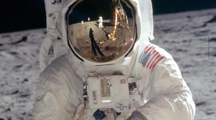 Путешествие на Луну Провидец: Жюль Верн Фантастический рассказ «Из пушки на Луну» Жюль Верн написал тогда, когда человек смотрел на небо как на недостижимую мечту. Конечно, острый ум фантаста мог создать идею, которая будет воплощена в жизнь лишь век спустя. Но как объяснить подробное описание ощущения невесомости, в точности передающее реальные чувства космонавтов? На тот момент ученые даже теоретически не предполагали, что гравитация меняется в космосе.