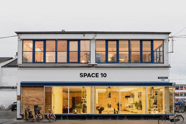 IKEA Lab В секретном пространстве IKEA работает 10 художников и 10 технических специалистов. Эти люди формируют то, что принято называть скандинавским стилем IKEA. Более того, в стенах лаборатории проходят первые испытания сконструированных по технологии 3D-печати предметов интерьера.