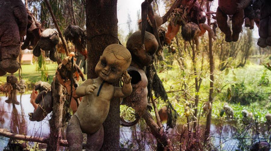 Остров кукол Мексика Старые сломанные куклы привязаны по всей территории этого небольшого острова. Все придумал и осуществил ныне покойный Хулиан Сантана Баррера, утверждавший, что так повелел ему договор с призраками. Все насмешки над умалишенным прекратились после его смерти: Хулиана обнаружили привязанным за ногу на ветке очень высокого дерева — и вокруг были одни куклы. Много ли съезжается сюда туристов сегодня? Не очень.