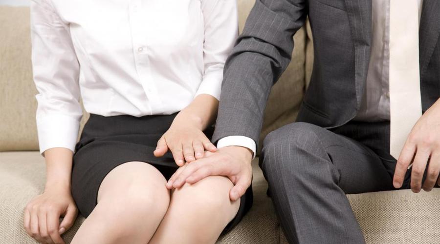 Сенсорная поддержка Легкое дружеское прикосновение вызывает в организме серьезные физические и психологические изменения. В одном из последних исследований психологи доказали, что мужчины становятся более уверенными в себе после тактильного контакта с женщиной. Работают заложенные в младенчестве инстинкты: женщины часто дотрагиваются к ребенку, поощряя и направляя его.