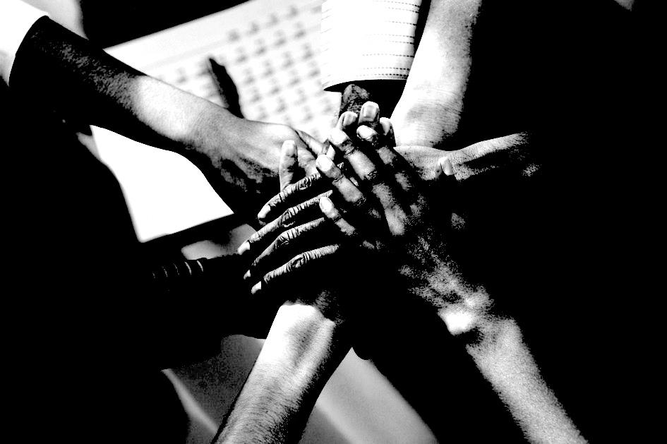 Отпечатки пальцев На протяжении многих лет ученые полагали, что так называемые эпидермальные гребни на подушечках пальцев увеличивают прочность сцепления с предметом. Заблуждение было развеяно командой Жоржа Дебрегас: биологи сумели доказать, что отпечатки пальцев усиливают наше чувство прикосновения. Их испытания показывают, что отпечатки пальцев не только помогают передать сигналы на наши нервы, но и отфильтровавают все незначительные фоновые вибрации выше и ниже 250 герц.