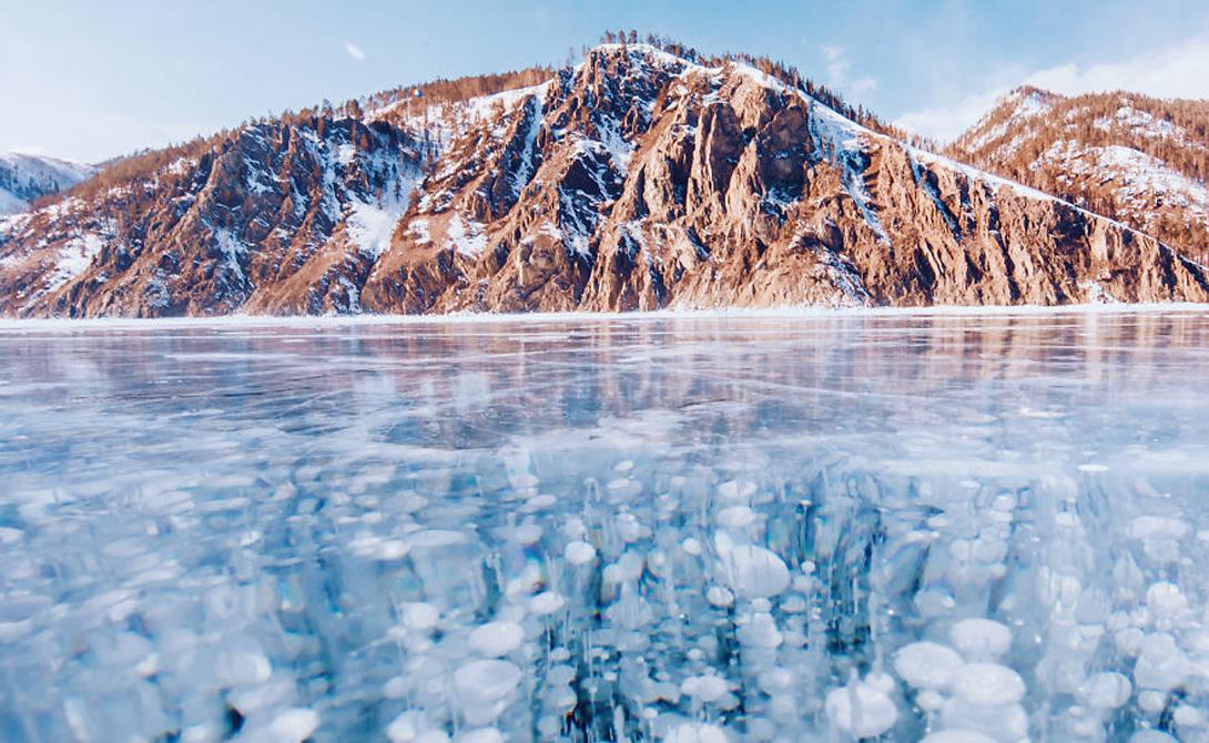 Ледяная сказка Глубина великого Байкала достигает 1 642 метров. Зимой озеро промерзает, а толщина льда позволяет людям без страха путешествовать по его замерзшей глади. Сегодня люди стекаются к Байкалу со всего мира, а некоторые даже ставят палатки прямо на льду.