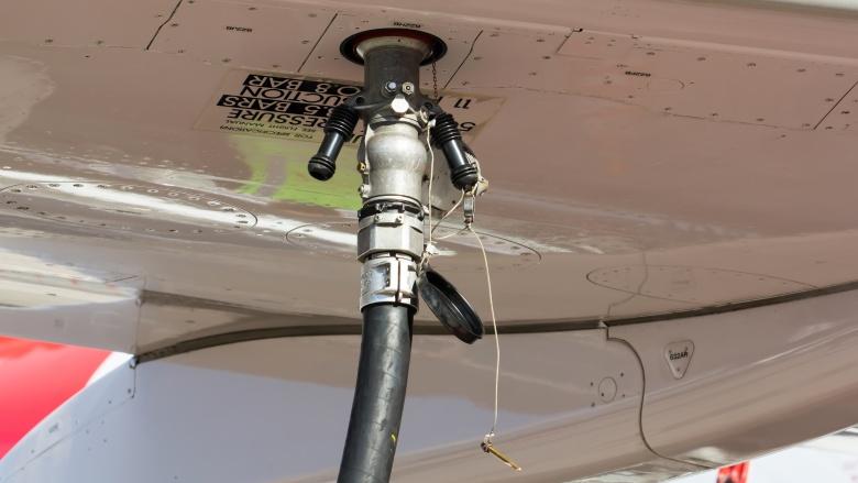 Ограничение топлива Авиалайнеры не несут на борту столько топлива, сколько могли бы. Согласно международным правилам, самолеты заправляют лишь настолько, чтобы хватило на дополнительные 45 минут. Это сделано для исключения вероятности пожара, однако, в некоторых случаях (недавняя колубмийская катастрофа, в которой погибло 70 человек) недостаток топлива может послужить причиной падения.