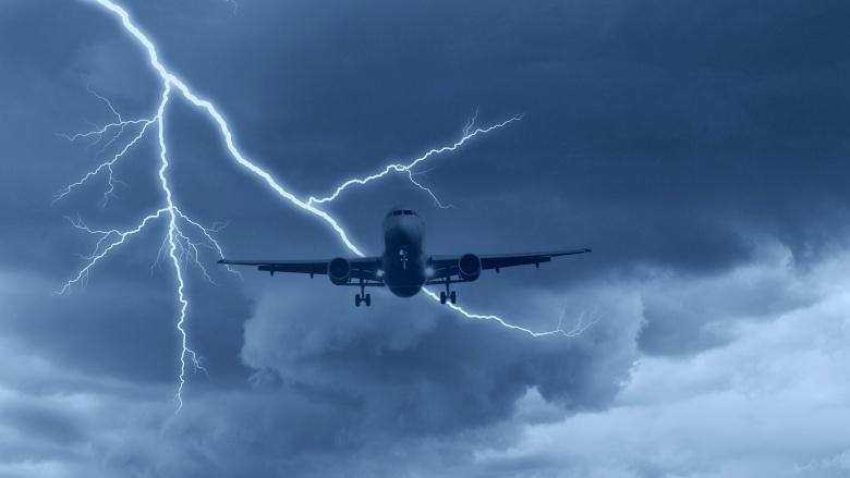 Удары молний Распространенная байка о том, что в самолет не может попасть молния предназначена для утешения особо впечатлительных пассажиров. На самом деле, молнии все время попадают в самолеты. Еще в 1962 году Boeing 707 компании Pan American был поражен молнией, искра от которой подожгла топливные пары. В результате взрыва самолет просто распылило в воздухе, но благодаря этой трагедии все современные лайнеры снабжены специальной защитой от подобных случаев. Теперь пассажиры даже не чувствуют, когда в самолет попадает молния.