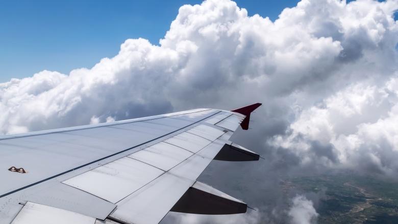 Отваливающиеся детали Не пугайтесь, обнаружив недостающие винтики прямо на крыле самолета. Каждый летательный аппарат имеет более двух миллионов крепежных деталей и ничего удивительного в потере сотне-другой из них нет. Не бойтесь, в полете не развалится.