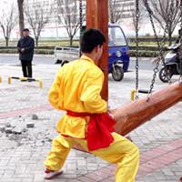 Мастер кунг-фу выдерживает удары по самому болезненному месту