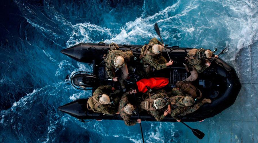 Компактные группы Чаще всего «морские котики» работают в небольших группах по 8 человек. Спецназ с легкостью подстраивается под характер операции: у каждого бойца взвода своя специализация, от подрывного дела до электроники и медицинской помощи. Такое разделение труда позволяет солдатам полностью сосредоточиться на своей части работы и не беспокоиться о прикрытии с тыла.
