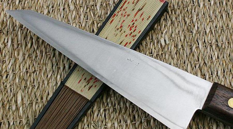 Гарасуки Японский кухонный нож имеет необычную треугольную форму лезвия и используется для разделки птицы. Лезвие длиной 18 – 24 см имеет двустороннюю заточку.