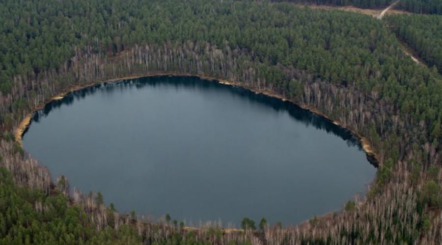 Озеро Святое Историки предполагают, что кратер возник уже в историческое время, примерно в Х веке нашей эры. Глубина озера достигает 27 метров и здесь нет ни ила, ни другой растительности. Примерно в это же время с лица земли пропал целый народ.