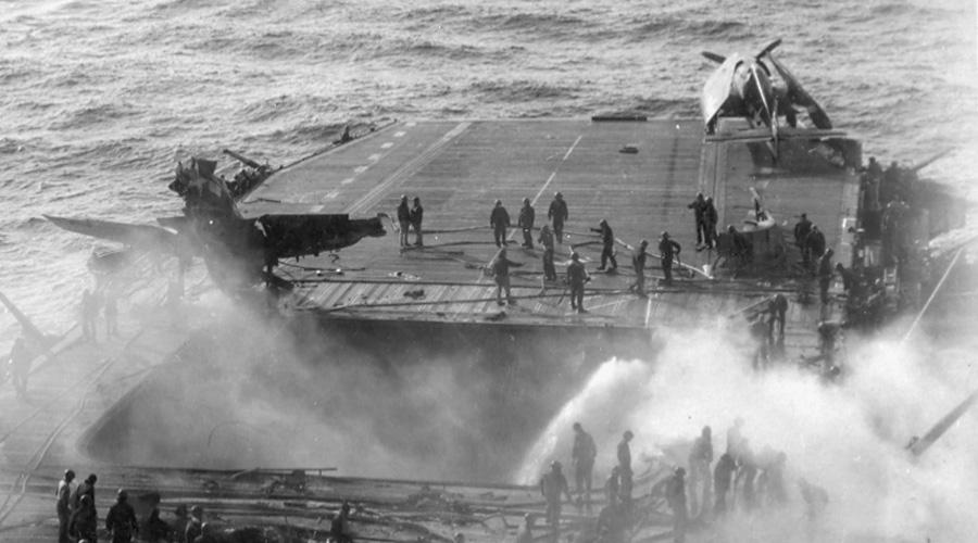 Ужасные потери За всю войну японцы подготовили 2525 камикадзе. Еще 1387 человек пришли из армии — они стали пилотами кайтэн и водолазами фукуруи. В самоубийственных атаках эти бесстрашные потомки камикадзе сумели уничтожить 81 корабль и повредить 195 судов (вспомните только ужасную бойню Перл-Харбор). Психологическое давление, оказываемое на американские войска было гораздо важнее: моряки толпами уходили в самоволки и даже пробовали сбежать с авианосцев прямо в открытом море.