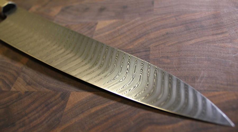 Гюто Профессиональный поварской нож для работы с мясом (переводится примерно как «коровье лезвие»). Длина лезвия достигает 30 сантиметров. Заточка двусторонняя.