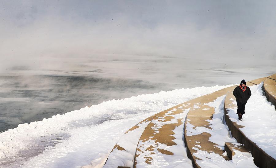 Откуда берется холод Чаще всего неприятности с переохлаждением случаются у тех, кто пренебрегает периодом адаптации к морозу. Приехать в горы и тут же прыгнуть на лыжи — не очень хорошая идея. Если вы не относитесь к довольно редкому типу «моржей», то накопление холода организмом произойдет почти наверняка.