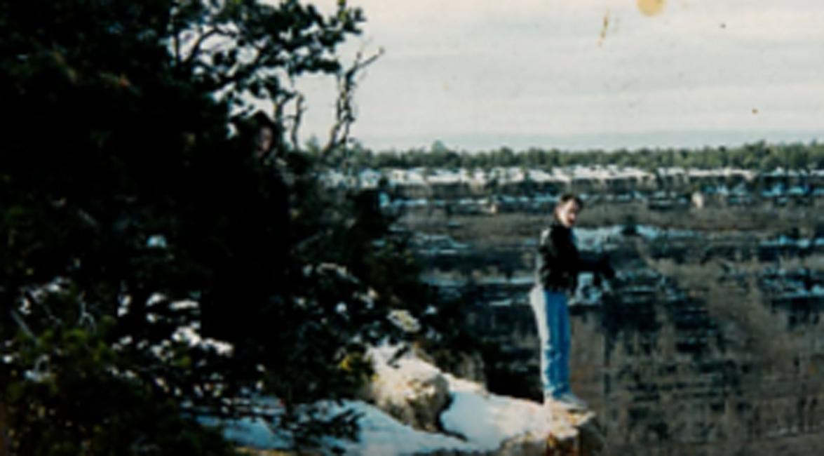 Призрак каньона Джо Сандей встал на самом краю обрыва в Гранд-Каньоне — парню казалось, что получится отличный снимок. Снимок и в самом деле получился отличным, особенно удался преследователь Джо, спрятавшийся за деревьями.