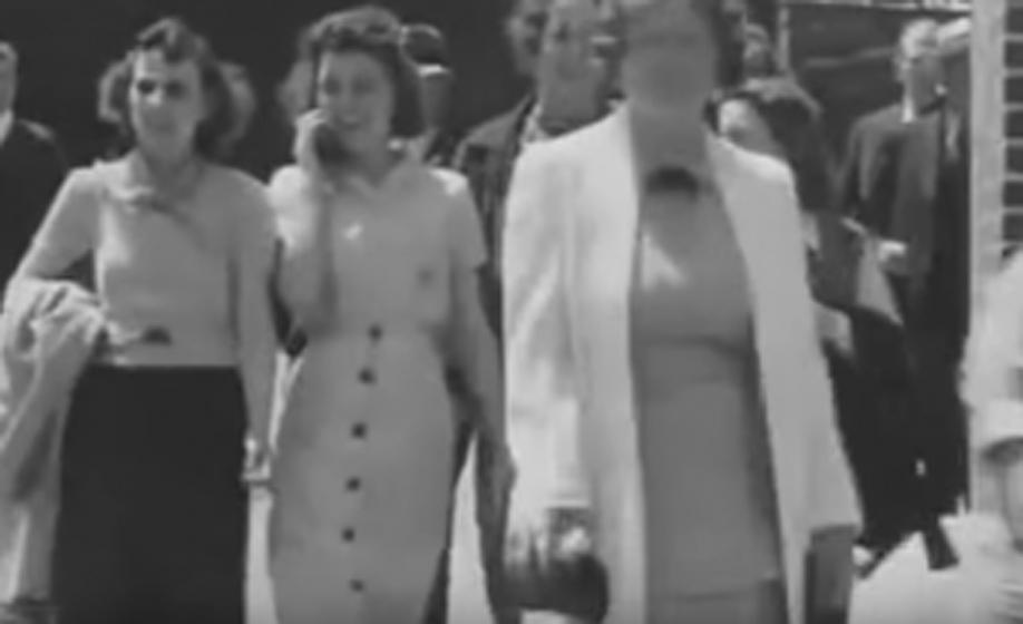 Звонок А вот обычная, на первый взгляд, фотография прогуливающихся девушек. Вот только одна из них разговаривает по сотовому телефону — и это в 1938 году!