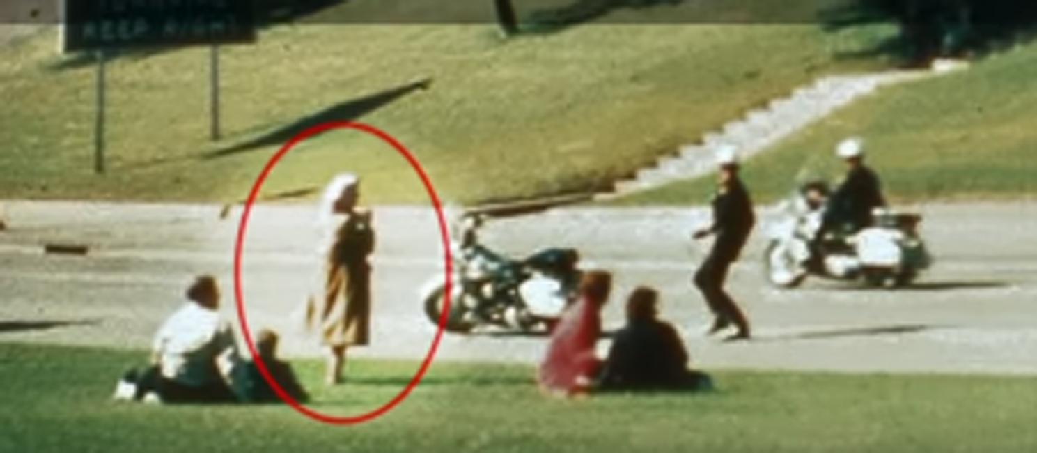 Леди Бабушка Момент убийства Джона Кеннеди, 1963 год. Все люди бегут в укрытие при звуке выстрелов, лишь эта странная женщина стоит и снимает все на камеру. Впоследствии детективы так и не смогли найти ее в рядах очевидцев, а в деле об убийстве она значится как «Леди Бабушка».
