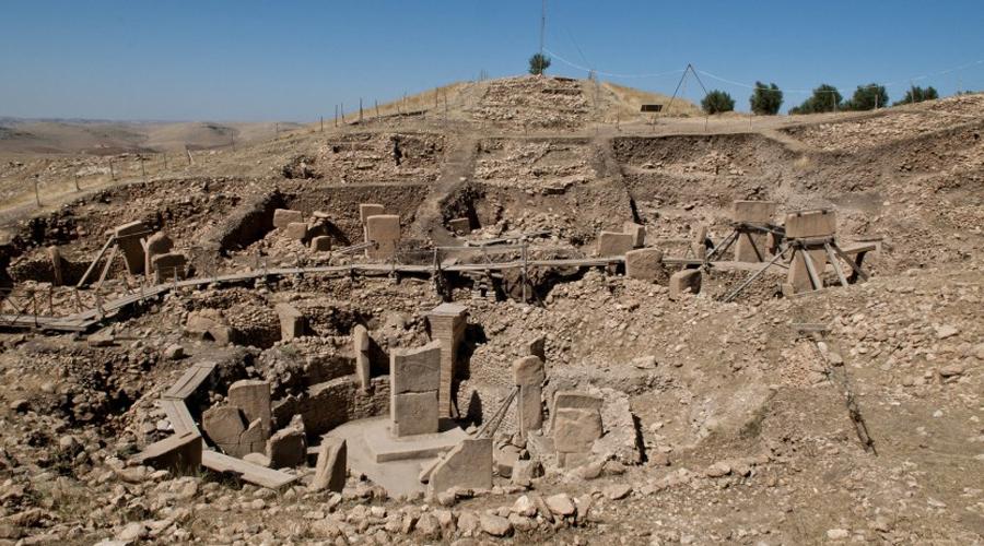 Курган Хисарлык Этот курган обнаружили еще в 1800-м году и он стал чуть ли не важнейшим археологическим открытием столетия. Дело в том, что курган косвенно подтверждал существование Трои — а ведь на протяжении долгих веков считалось, что этот город не более, чем миф. Отталкиваясь от кургана Шлиман впоследствии сумел обнаружить и сам великий город.