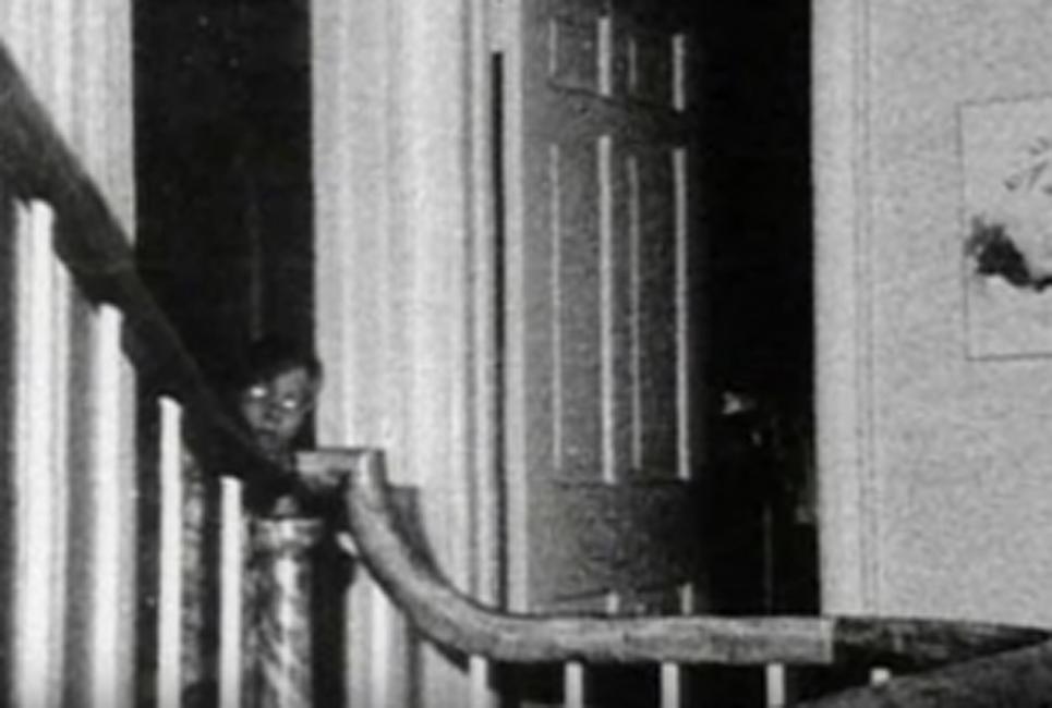 Убийство в Амитвилле В 1976 году полицейские расследовали череду странных убийств, случившихся в Амитвилле. При съемке на месте преступления, сотрудники не видели ничего подозрительного. Однако, уже через несколько лет на одном из фото проявилась фигура маленького мальчика с белыми глазами, стоящего в проеме дверей.