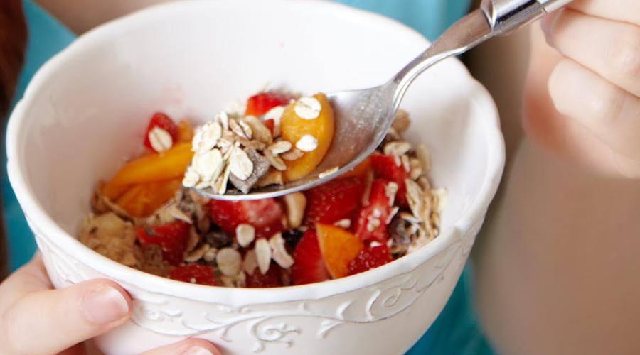 Витамин B6 В нашем зимнем рационе очень много тяжелой и трудноперевариваемой пищи. Напряженная работа кишечника также провоцирует головные боли. Включите в повседневную диету свежие овощи, фасоль и злаковые — так вы поддержите пищеварение витамином B6.