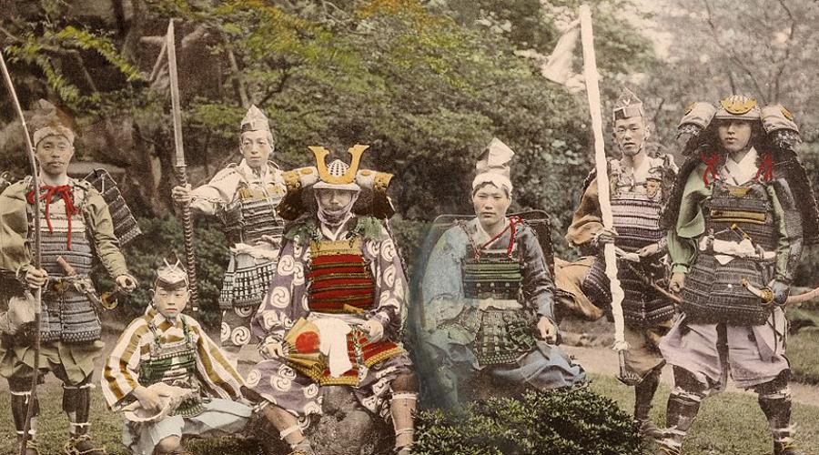 Безработные воины А вот с окончанием периода Сэнгоку самураям пришлось туго. Рубить головы стало некому, и воины просто шлялись по стране, голодные и бесполезные. Выжили те, кто сумел переквалифицироваться в телохранители, многие так и вовсе подались в якудза.