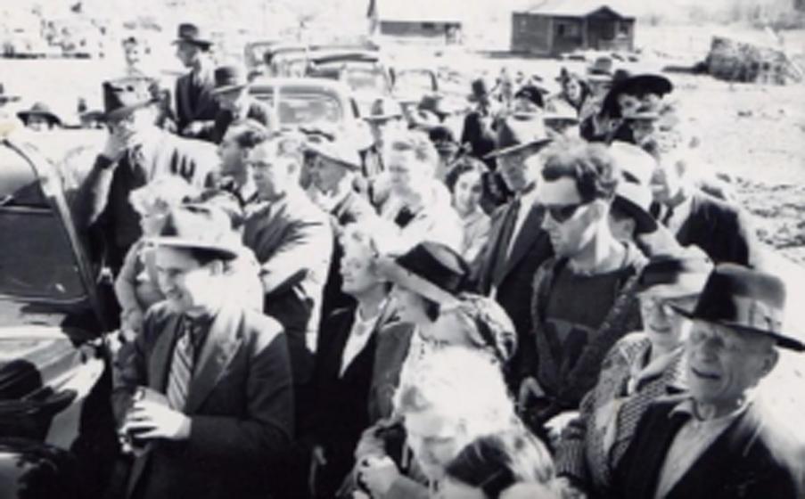 Путешественник во времени Обратите внимание на человека в темных очках и футболке. Снимок был сделан в 1940 году, а парень выглядит так, будто пришел из гораздо более позднего времени. Исследователи называют снимок «Путешественник во времени».