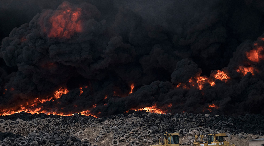 Большой резиновый пожар 7 апреля 2012 года случилось самое большое возгорание на Сулабии. Усмирить огонь пытались более тысячи пожарных и военных их Кувейта. Им потребовался целый месяц, чтобы затушитьпожар. Десять миллионов горящих покрышек обозначили свалку Сулабия столбом черного дыма, отравившим воздух столицы, Эль-Кувейта. Изменилось ли что-то после пожара? Ничуть. Сюда по-прежнему привозят и выбрасывают покрышки жители четырех стран.