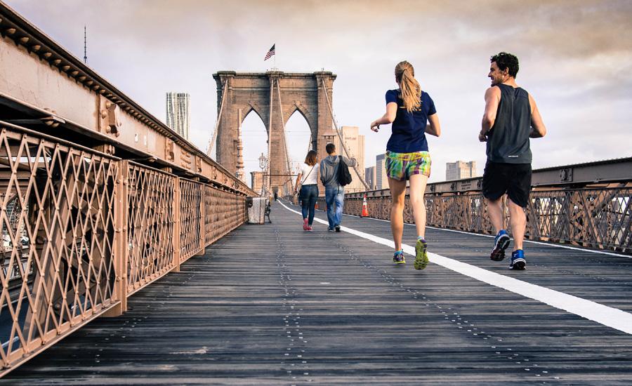 Метаболизм Получив с утра серьезную нагрузку, организм начинает ускорять все обменные процессы. Кроме того, после тренировки избыток кислорода помогает вам сжигать калории, даже если вы ничего больше не делаете. Согласно последним исследованиям, тренировка с утра сжигает еще примерно 200-300 калорий к концу дня.