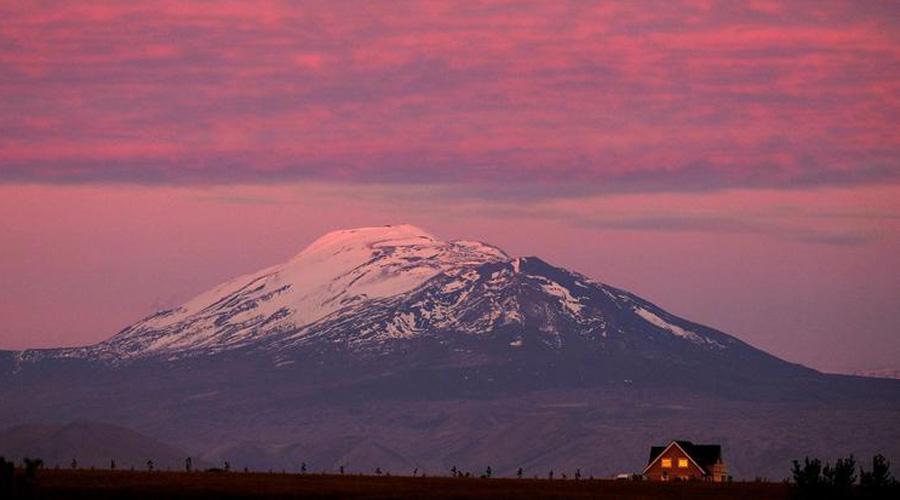Наиболее опасным из всей четверки считается вулкан Гекла. Он извергался более 20 раз с 874 года, причем без каких-либо предупреждающих признаков. Ученые заметили, что чем дольше Гекла спит, тем опаснее последующее извержение.