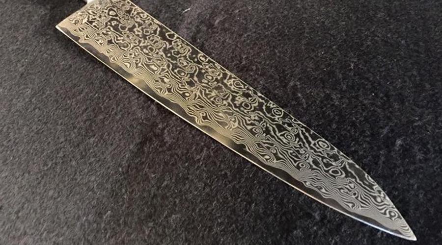 Янагиба боте Это один из обычных ножей, с помощью которого шеф нарезает рыбу для сашими, нигири и роллов. При приготовлении суши и сашими поварам требуется делать максимально чистые разрезы с хирургической точностью, что недостижимо с помощью обычных ножей. Нож янагиба делает такую работу возможной благодаря особенностям своего лезвия: большая длина позволяет разрезать рыбу, не меняя направления резки. Маленькая толщина снижает усилие, необходимое для совершения разреза. Заточка односторонняя, что позволяет делать более точные разрезы. Кухонные ножи янагиба предполагают разрезание одним движением на себя, не от себя и не вертикально вниз.