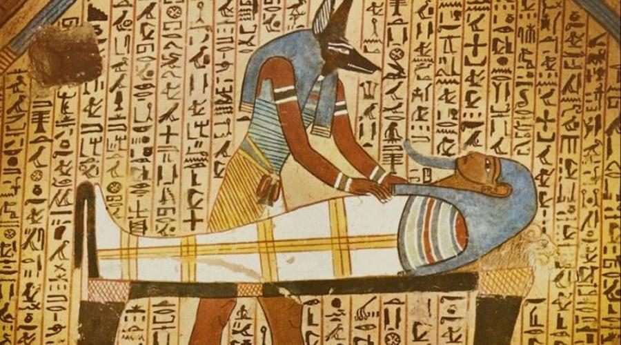 Антибиотики Египта Всего 70 лет назад состоялось открытие антибиотиков. Но на самом деле, первые антибиотики появились гораздо раньше, о чем свидетельствует недавняя находка на нубийских раскопках. Здесь археологи обнаружили кости, датируемые 550 годом до нашей эры и содержащие тетрациклин, вполне себе современный препарат. Оказалось, что древние египтяне сумели произвести тетрациклин из дрожжей: они гнали специальное, можно сказать «лечебное» пиво.