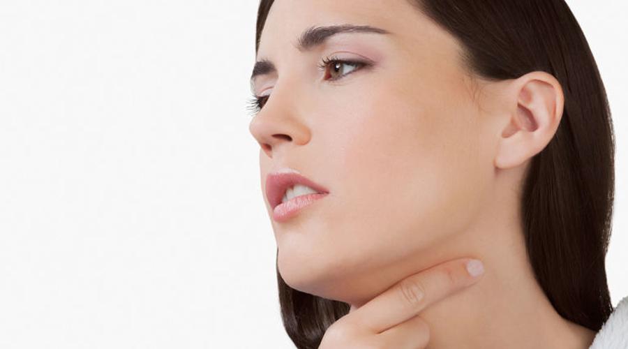 ГландыВ нашей носоглотке расположены скопления лимфоидной ткани — миндалины. Это своеобразный барьер против бактерий и вирусов, которые человек может подхватить при дыхании. Долгое воспаление превращает гланды из защитника в источник инфекций, и тогда их приходится удалять.