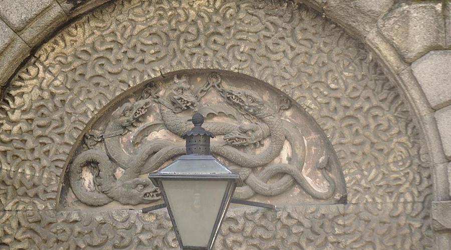 Змеиные узоры Согласно кельтским верованиям, змеи олицетворяли не хитрость, а мудрость и целебную силу. Кельтские узлы с изображением змей чаще всего изображались на королевских и жреческих артефактах. Кроме того, они же могли быть символом перерождения и воли к победе — как змея сбрасывает кожу, так и человек встает после поражения.