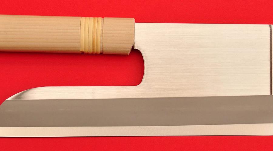 Удон-кири Из названия можно догадаться, что нож этот нужен для приготовления лапши. Точнее, для нарезания домашней заготовки. Лезвие может быть изготовлено таким образом, чтобы функция рукояти лежала на части обуха.