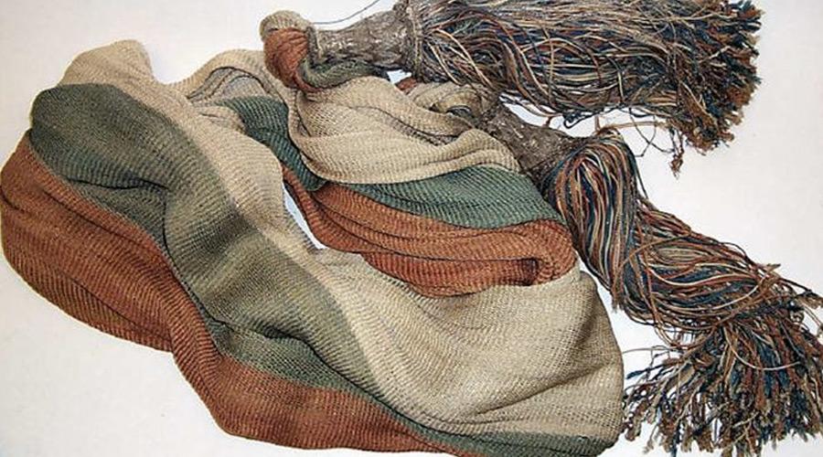 Офицерский шарф Шелковый шарф с кистями при Петре I стал первым отличием офицерской формы от солдатской. С 1700 до 1732 года он был красно-сине-белым, носили его через плечо и завязывали узлом на поясе. Позже шарф переместился на пояс, что было значительно удобнее, и часто носился не сверху, а под мундиром на камзоле. Расцветка тоже менялась. При Павле I шарф у всех офицеров и генералов стал серебристым с тремя узкими черно-оранжевыми полосами. Позже, в XIX веке, шарф оставался частью военной формы, периодически видоизменяясь вслед за модой, его называли и поясом, и кушаком. Сейчас его черты можно найти в офицерском парадном поясе Вооруженных Сил РФ.