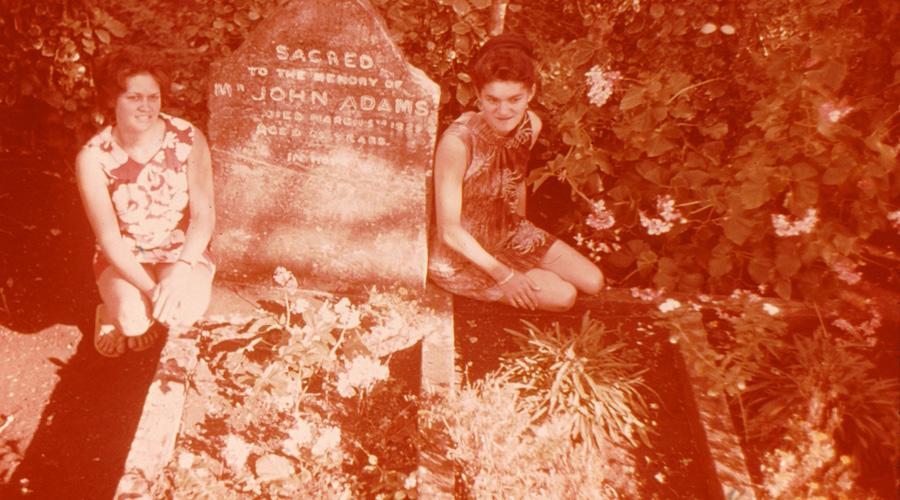 Зловещая репутация К 1937 году население острова Питкэрн достигло планки в 233 человека. Сегодня здесь живет всего лишь полсотни людей, что делает остров самой маленькой колонией в мире. На протяжении ногих лет многие поднятые артефакты с «Баунти» продавались островитянами в качестве сувениров, но даже приток туристов не смыл с острова зловещей пелены мятежа.