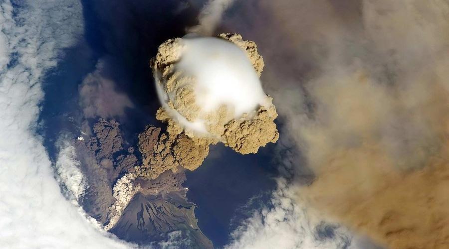Помните знаменитый вулкан с непроизносимым названием Эйяфьядлайекюдль? Тогда, в 2010 году его извержение привело к тотальному коллапсу воздушных сообщений над всей Европой.